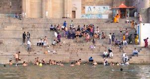 Folk som badar i Gangesen Fotografering för Bildbyråer