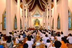 Folk som ber i buddistkyrka Royaltyfri Bild