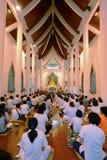Folk som ber i buddistkyrka Arkivfoton