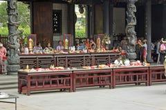Folk som ber i den Mengjia Longshan templet i Taipei Royaltyfria Foton