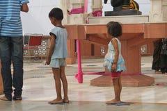 Folk som ber på den Iskcon templet Arkivfoton