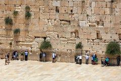 Folk som ber på den västra väggen i Jerusalem, Israel Arkivfoton