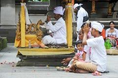 Folk som ber på Tirta Empul den hinduiska templet av Bali på Indonesien Arkivbilder