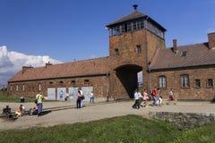 Folk som besöker Auschwitz II - Birkenau utrotningläger Royaltyfri Bild