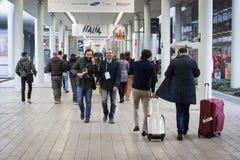 Folk som besöker biten 2014, internationellt turismutbyte i Milan, Italien arkivfoto