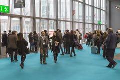 Folk som besöker biten 2015, internationellt turismutbyte i Milan, Italien royaltyfri fotografi