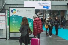 Folk som besöker biten 2015, internationellt turismutbyte i Milan, Italien Arkivbild
