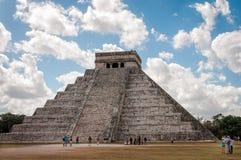 Folk som besöker de sakrala platserna på Chichen Itza, Mexico Fotografering för Bildbyråer