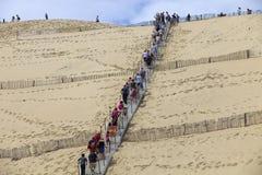 Folk som besöker den berömda dyn av Pyla, i Pyla Sur Mer, Frankrike arkivfoton