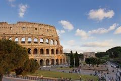 Folk som besöker den Colosseum och Constantine bågen Arkivbilder