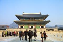 Folk som besöker den Kyongbokkung slotten efter snö Fotografering för Bildbyråer