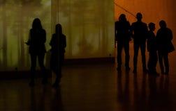 Folk som besöker ett judiskt museum i Warszawa arkivbilder