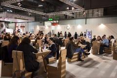 Folk som besöker HOMI, internationell show för hem i Milan, Italien Royaltyfria Foton