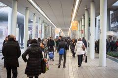 Folk som besöker HOMI, internationell show för hem i Milan, Italien Royaltyfria Bilder