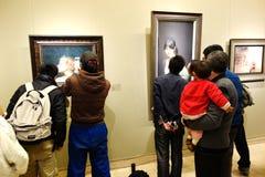Folk som besöker konstmusemet Royaltyfri Foto