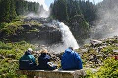 Folk som besöker Krimml vattenfall i högt taunern Fotografering för Bildbyråer