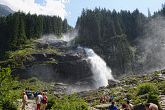 Folk som besöker Krimml vattenfall i högt taunern Royaltyfri Foto