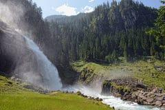 Folk som besöker Krimml vattenfall i högt taunern Royaltyfri Bild