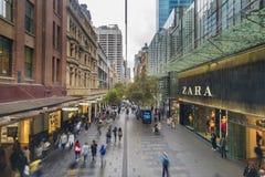 Folk som besöker shoppingpolisdistriktet i Sydney, Australien Arkivbilder