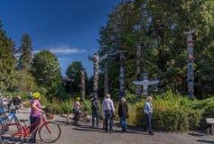Folk som besöker Stanley Park royaltyfria bilder