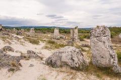 Folk som besöker stenskogen, Bulgarien royaltyfri fotografi