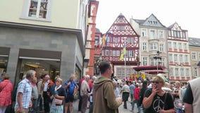 Folk som besöker vinfestival i Bernkastel på den Moselle floden musikmusikband som ger konsert på marknadsstället lager videofilmer
