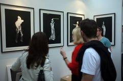 Folk som beskådar konst i ett galleri Royaltyfri Foto
