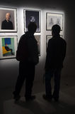 Folk som beskådar konst i ett galleri Royaltyfria Foton