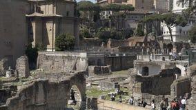 Folk som beskådar stenrest av Roman Forum, historiskt ställe i Italien, långsam-mo lager videofilmer