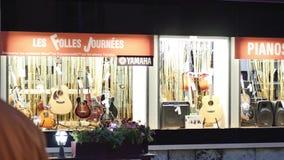 Folk som beundrar julmarknaden i Frankrike lager videofilmer