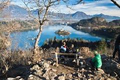 Folk som beundrar populär destinationsscenics i Slovenien på den blödde sjön arkivbilder