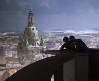 Folk som beundrar sikt av Frauenkirche och Dresden Arkivbild