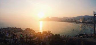 Folk som beundrar solnedgång i Rio de Janeiro Arkivfoton