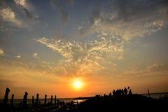 Folk som beundrar solnedgången Royaltyfri Foto