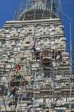 Folk som bygger på templet för Wat joungkum i Lampang Thailand Arkivfoton