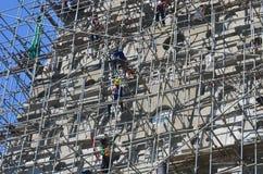 Folk som bygger på templet för Wat joungkum i Lampang Thailand Royaltyfri Foto