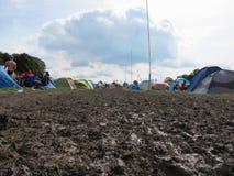 Folk som campar i Muddy Field At Music Festival Fotografering för Bildbyråer