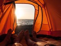 Folk som campar nära havet Arkivbilder