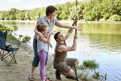 Folk som campar och fiskar, familjaktiv i natur, fisk som fångas på bete, flod och skog, sommarsäsong Arkivbilder
