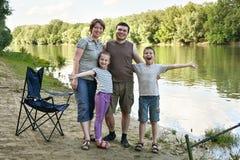 Folk som campar och fiskar, familjaktiv i natur, fisk som fångas på bete, flod och skog, sommarsäsong Arkivfoton