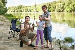 Folk som campar och fiskar, familjaktiv i natur, fisk som fångas på bete, flod och skog, sommarsäsong Fotografering för Bildbyråer