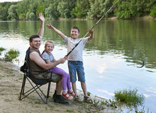 Folk som campar och fiskar, familjaktiv i natur, fisk som fångas på bete, flod och skog, sommarsäsong Royaltyfri Bild
