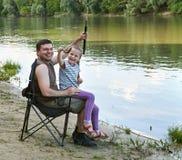 Folk som campar och fiskar, familjfritid i naturen, fiskcaugh Royaltyfri Bild