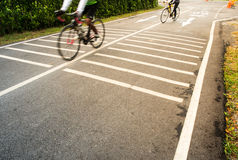 Folk som cyklar cykeln Arkivfoto