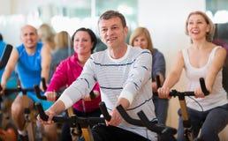 Folk som cyklar i en idrottshall Royaltyfria Foton