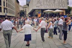 Folk som dansar den nationella dansen Sardana i Barcelona, Spanien Royaltyfria Foton