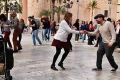 Folk som dansar gunga i gatan royaltyfria bilder