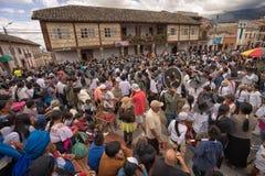 Folk som dansar i den huvudsakliga plazaen av staden i Cotacachi Ecuado Royaltyfria Bilder