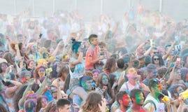 Folk som dansar i kulör krighändelse, Larnaca, Cypern royaltyfria bilder