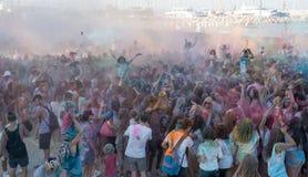 Folk som dansar i kulör krighändelse, Larnaca, Cypern royaltyfria foton